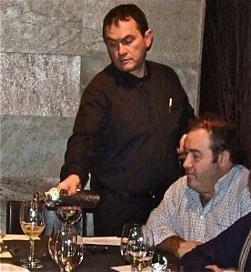 Fernando Rastrilla observa el vino que le sirve Chus, del Restaurante l'Ancora, en una sesión de cata