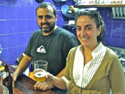 Naiara y Oscar al frente de la cocina