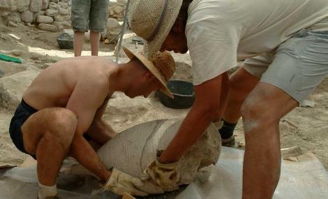 Arqueólogos en la extracción de un ánfora. | Museu Son Fornés