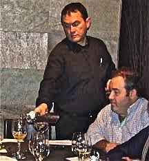 Fernando observa con interés el servicio de la copa que hace Chus, del Restaurante El Ancora, en una ocasión de una cata de BACCHUS.