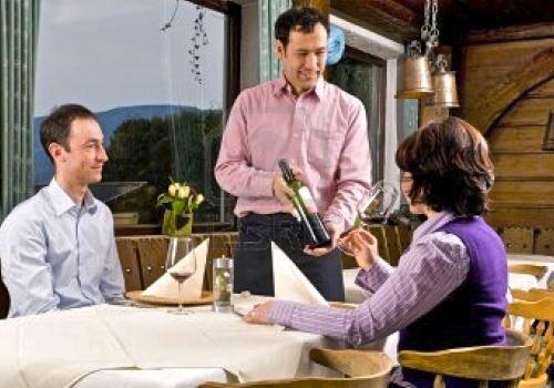 5582696-camarero-esta-sirviendo-el-vino-en-un-pequeno-restaurante