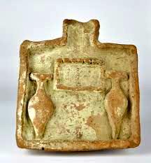 Mesa de ofrendas egipcia (2040-1785 a.C) con dos ánforas de vino representadas.