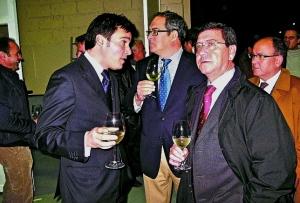 El presidente de la Diputación, César Rico (d.), visitó a finales del pasado año la bodega acompañado por Madariaga (i.). G.A.T.