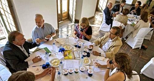 Un momento de la cata realizada ayer en la Diputación de Córdoba. ÁFRICA VILLÉN