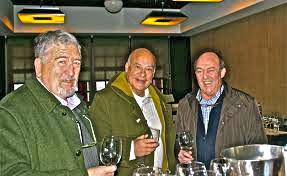 De izq. a der.: José Luis Lejonagoitia, Jose Maria Morales y Basilio Izquierdo, en una presentación de los vinos que elabora el enólogo en Cuzcurrita.