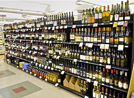101606 ( TDY ) ( wood ) Wine isle in newly expanded Sawall store in Oakwood. (JERRY CAMPBELL / KALAMAZOO GAZETTE)
